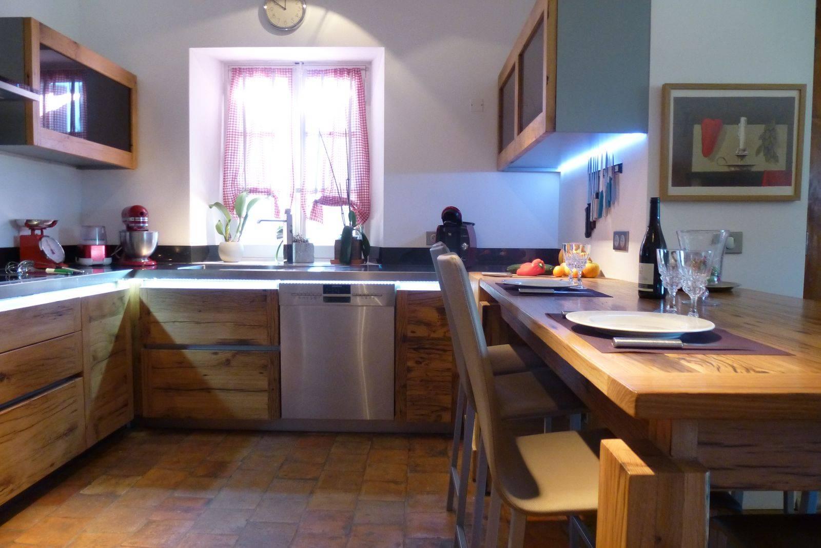 Cuisine contemporaine en bois sur mesure install e for Cuisine installee