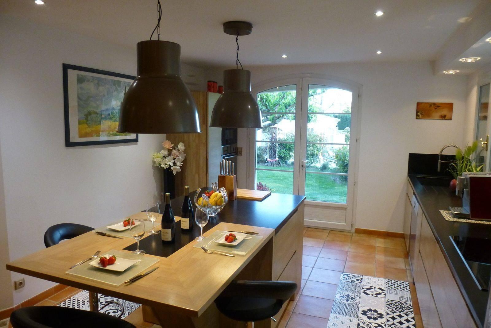 cuisine contemporaine en bois naturel r alis e paradou atelier bois deco. Black Bedroom Furniture Sets. Home Design Ideas